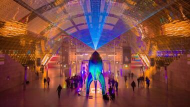 CCC-Rakete in der Leipziger Messehalle, bunt beleuchtet