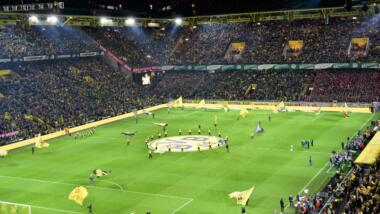 Blick in den vollbesetzten Signal-Iduna-Park in Dortmund