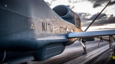 Am 21. November 2019 erreichte die erste GLOBAL HAWK den Stützpunkt in Sigonella. Mittlerweile sind alle fünf Drohnen ausgeliefert und haben ihre Eignungstests beendet.