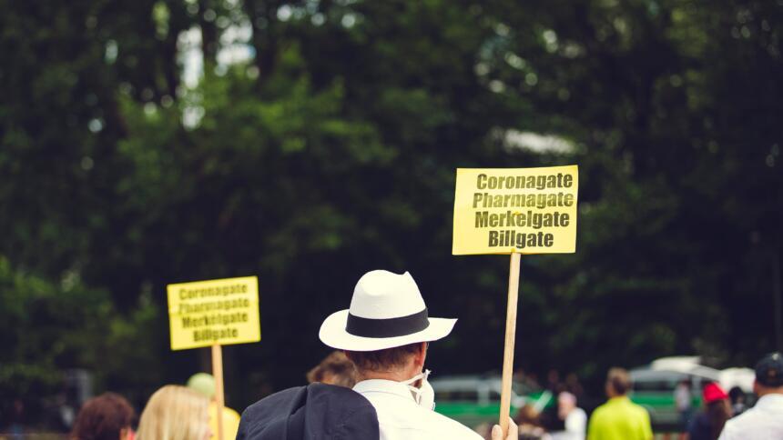 Demonstrant*innen mit Schuld zu Bill Gates
