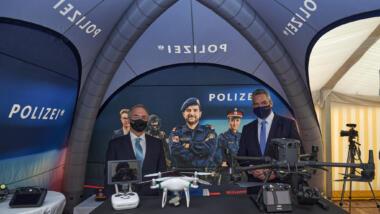 Österreichs Innenminister bei polizeilicher Drohnenshow.