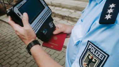 Bundespolizist mit Gerät