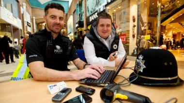 Polizist mit Handys