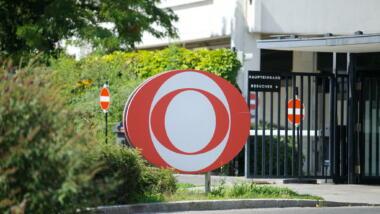 ORF-Logo vor ORF-Studio in Wien