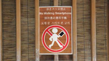 Schild: Beim Laufen kein Smartphone