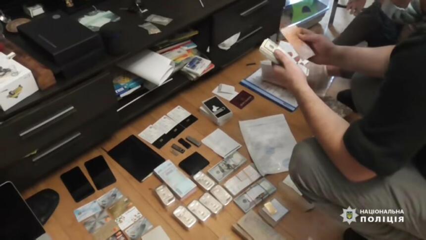 Beschlagnahmte Beweismittel auf dem Boden
