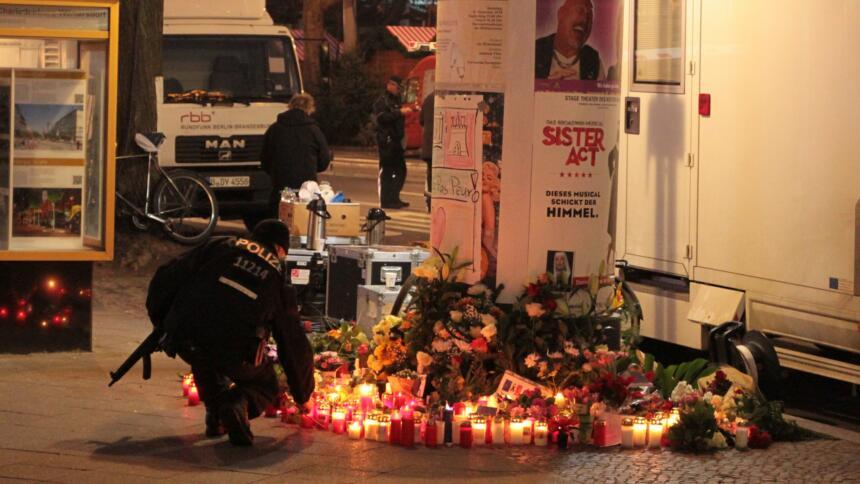 Polizist zündet nach Anschlag auf dem Breitscheidplatz eine Kerze an