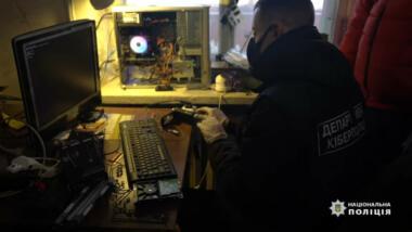 Ukrainischer Polizist sitzt vor Rechner