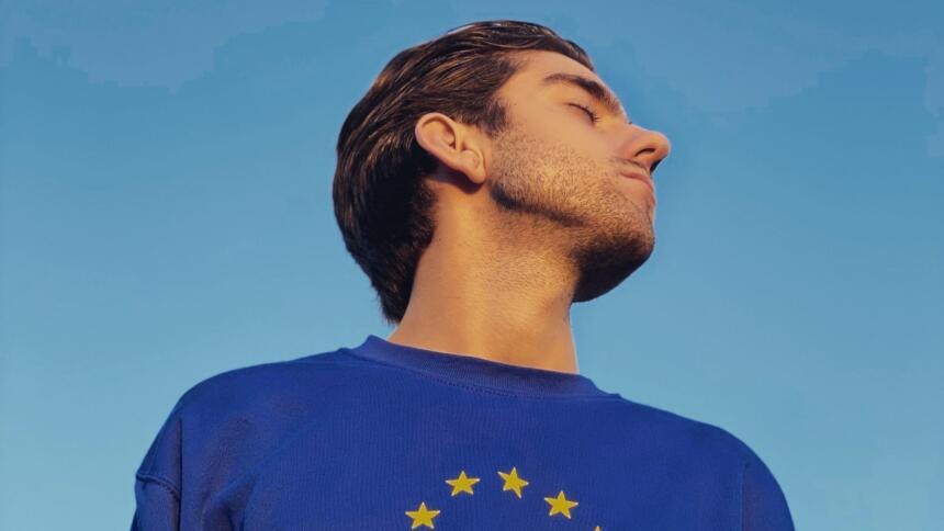 Mann mit Europa-Pullover