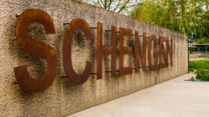 Das Schengener Abkommen regelte die Einrichtung eines Informationssystem, in dem verschiedene Fahndungen eingetragen werden können. Die Zahl der Abfragen ging 2020 um 44% zurück.