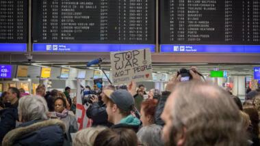 Protest gegen Sammelabschiebungen am Flughafen