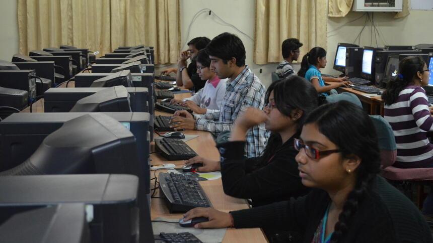 Mehrere Menschen sitzen in einem Computerraum
