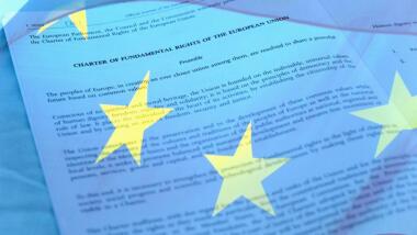Grundrechte-Charta der EU mit überblendeter EU-Flagge