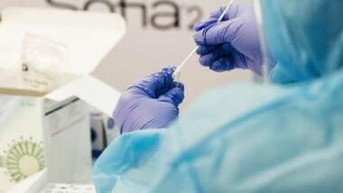 Labormitarbeiter mit Pipette