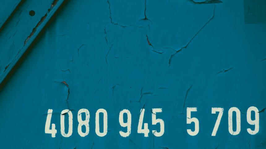 Weiße Nummer auf blauem Hintergrund eines Zugwagens