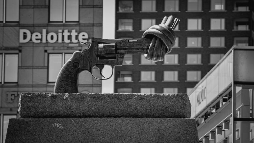 Eigentlich gibt es mit Interpol, Europol und dem SIS II bereits ausreichend Systeme zur Verfolgung von Feuerwaffen. Die EU-Mitgliedstaaten könnten ein EU-Waffenregister deshalb kontrovers diskutieren.