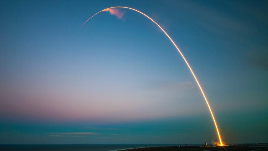 Rakete fliegt über das Meer