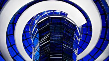 Reichstag Kuppel in blau und weiss