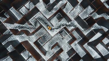 Verschneites Labyrinth von oben