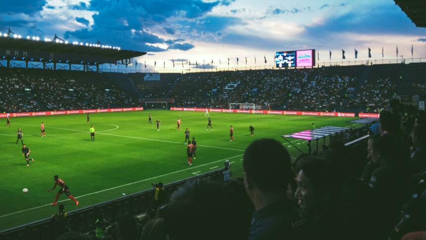 Fußballstadion mit Fans und Spiel