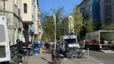 Ständige Lieferungen und Parken in zweiter Reihe