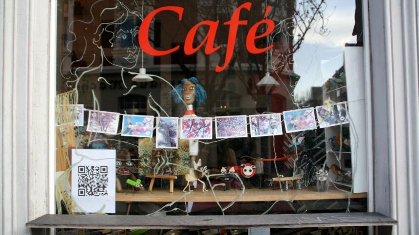 Schaufenster eines Cafés mit QR-Code
