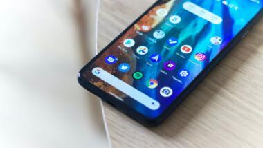 Android Smartphone mit Apps auf Display