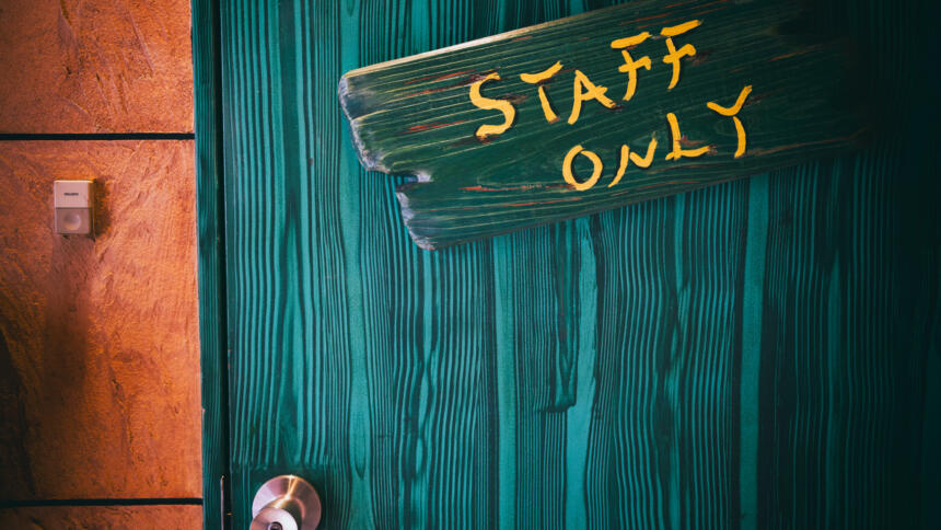 """Grüne Tür mit einem """"Staff only""""-Schild."""