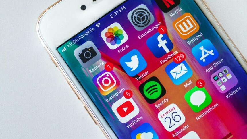 Handy-Bildschirm mit Social-Media-Icons