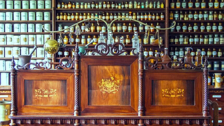 Tresen einer altmodischen Apotheke mit Fläschchen und Mörser.