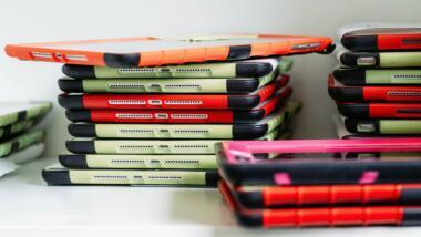 Stapel mit Tablets für Schulklassen