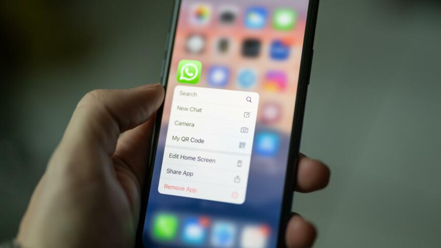Smartphone mit angeklicktem WhatsApp Button