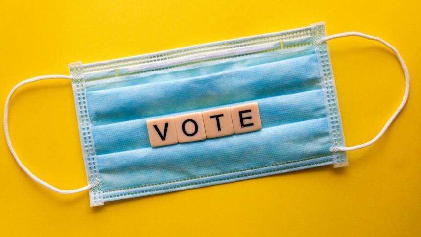 eine Maske mit den Buchstaben vote