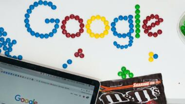 Google mit bunten M&Ms hingelegt