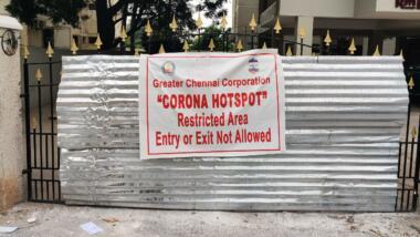Warnschild vor Corona-Hotspot