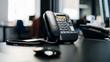 Telefon steht auf einem Schreibtisch