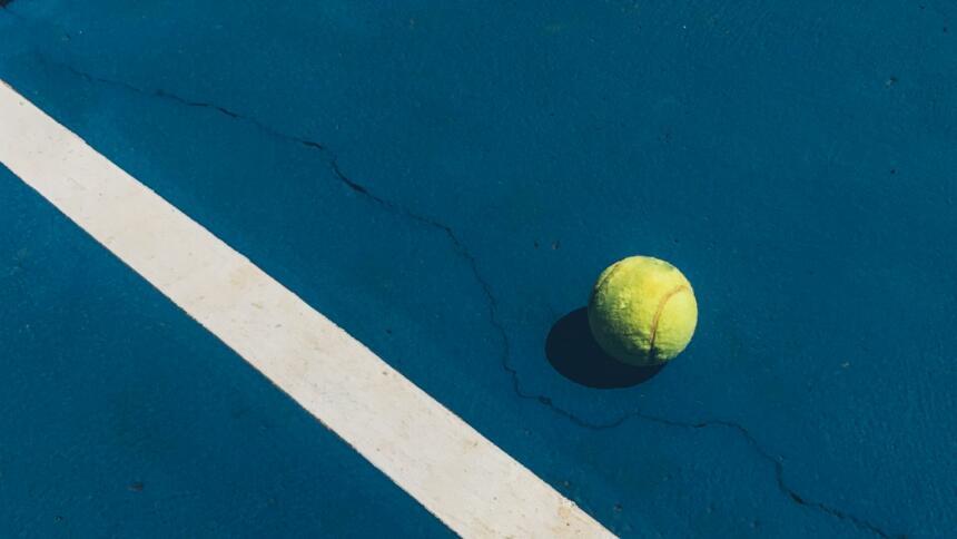 Tennisball auf Platz