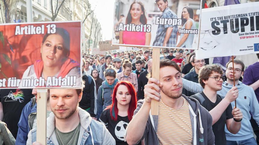 Menschen mit Protestschildern gegen Artikel 13 auf einer Demo
