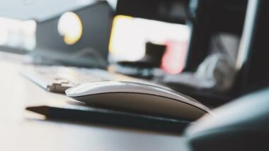 Computermaus vor einer Tastatur