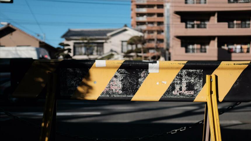 Gelb-schwarz gestreifte Sperrung einer Straße