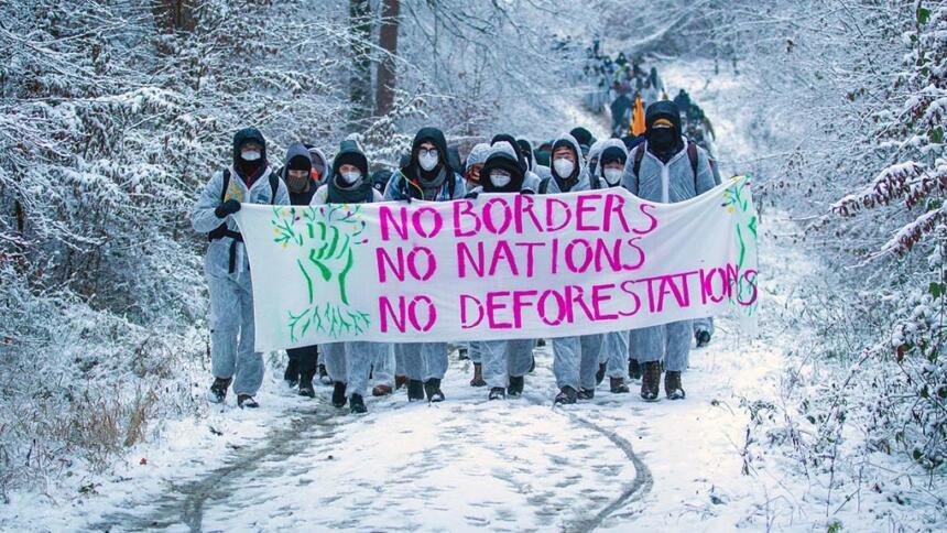 Demonstrierende im Dannenröder Forst im Schnee
