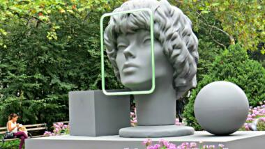 Das Bild zeigt eine Kunstinstallation gegen Gesichtserkennung.