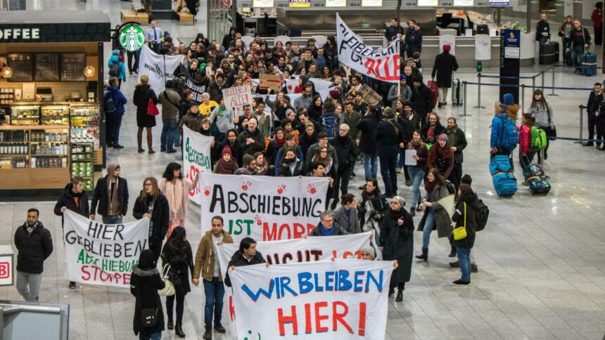 Menschen auf einer Demo am Frankfurter Flughafen