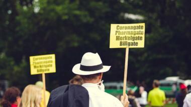 Mann mit Protestschild auf Anti Corona Demonstration