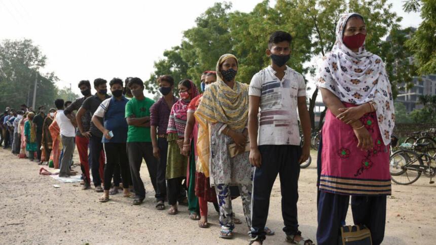 Schlange bei der Impfung gegen das Coronavirus in Gurugram, Indien
