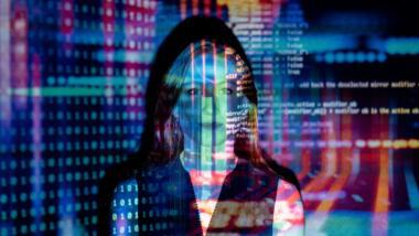 Frau vor Wand mit Datensätzen