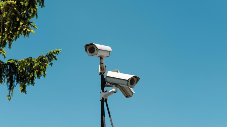 Überwachungskamera vor blauem Himmel