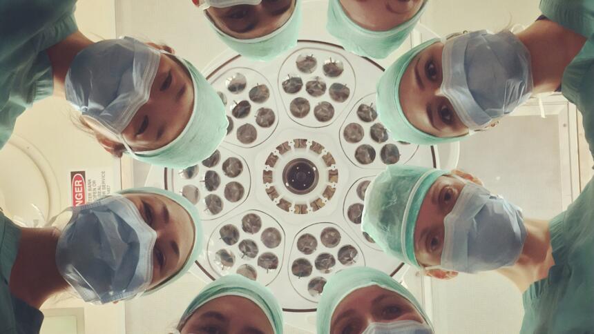 Ärzte schauen auf Patienten
