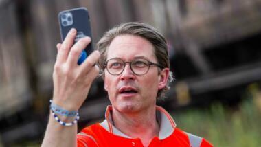 Verkehrsminister Scheuer mit Handy in der Hand