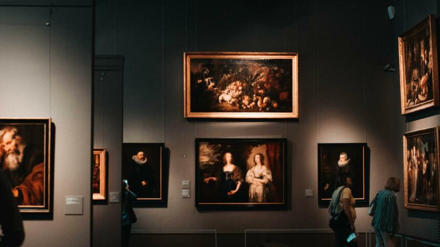 Gemälde in einer Ausstellung